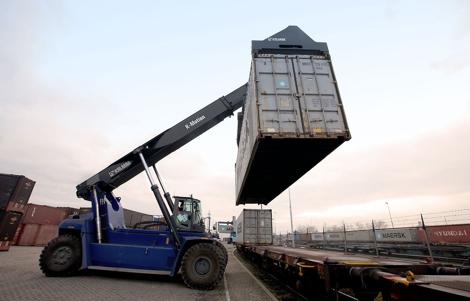 reachstacker lifting container